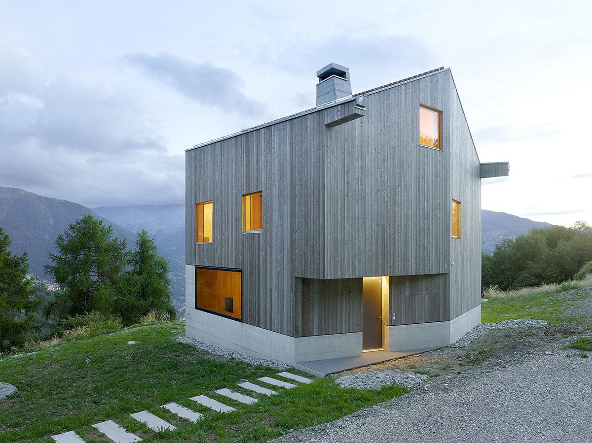 Architekti nechali naplno prehovoriť betón a drevo: Výsledkom je minimalistická chata s nezvyčajným interiérom!