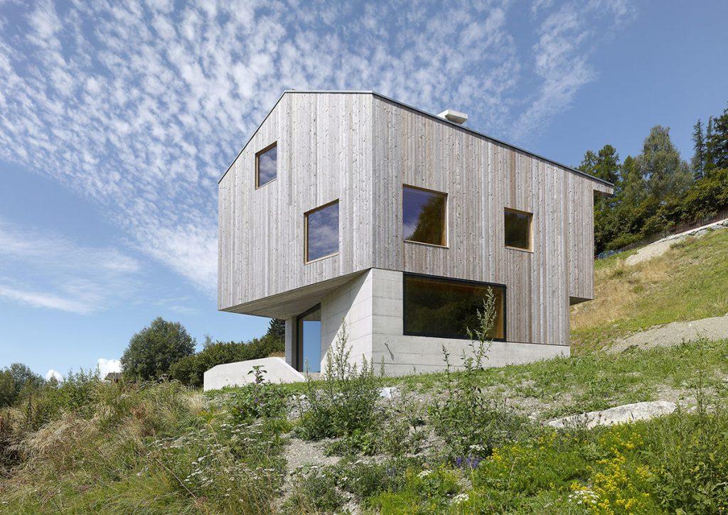 Architekti nechali naplno vyniknúť betón a drevo: Výsledkom je minimalistická chata s nezvyčajným interiérom!