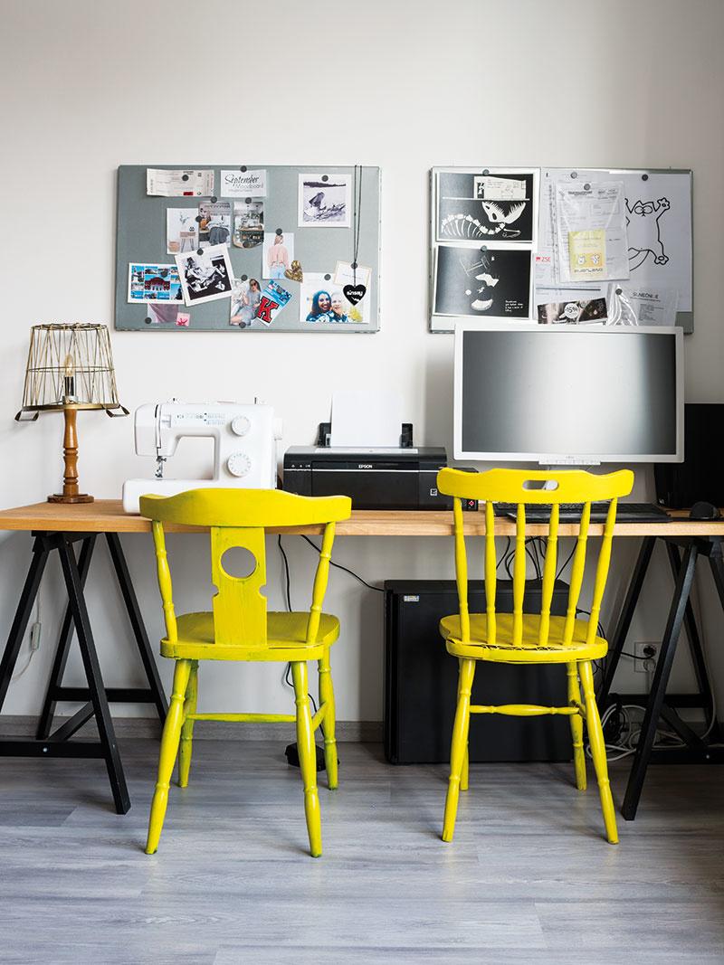 Stoličky vpracovnom kútiku situovanom vdennej časti bytu sú zdruhej ruky, lampu vytvorila Karolína zkošíka na drobnosti. Aj tento priestor by radi ešte viac zútulnili.