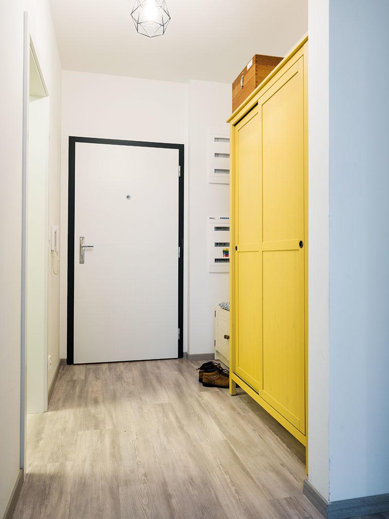 Žltá skriňa dokazuje, že ani farebného nábytku sa netreba báť. Vpredsieni, kde nie je veľa miesta nazvyš, je vítaným oživením.