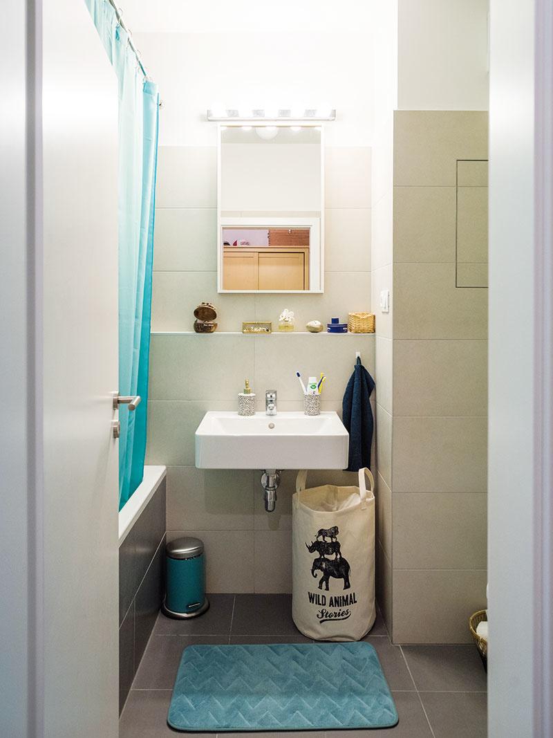 Do kúpeľne by vbudúcnosti radi doplnili úložnú plochu pod umývadlo, ktorá im tu teraz chýba.