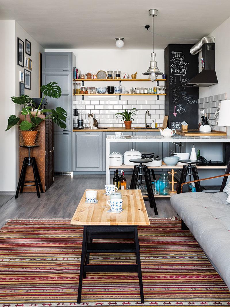 Dvoje schodíky, drevená doska akonferenčný stolík sú na svete. Nápad sa majiteľom zapáčil priamo vobchodnom dome IKEA arozhodli sa ho preniesť aj ksebe domov.