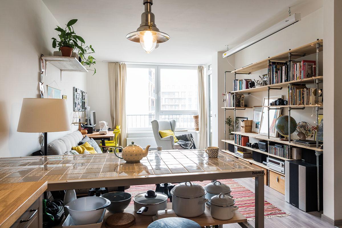 Mladá dvojica si 2-izbový byt v Petržalke zariadila svojpomocne vyrobeným nábytkom
