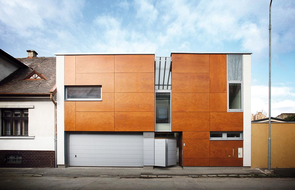 Za geometrickou fasádou sa skrýva originálny dom s premyslene koncipovaným vnútorným priestorom.