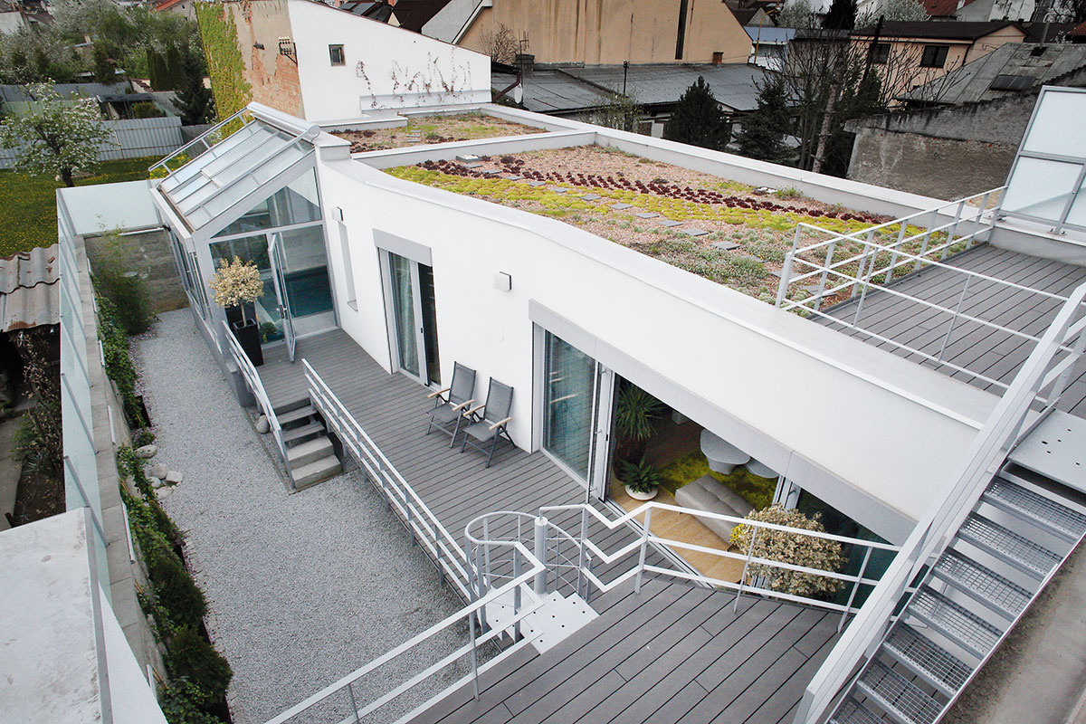 Terasami na každej z úrovní domu, poprepájanými ľahkým kovovým schodiskom, kompenzoval architekt nedostatok plôch v exteriéri. Na najvyššie položenú terasu nadväzuje extenzívna zelená strecha prízemného dvorového krídla.