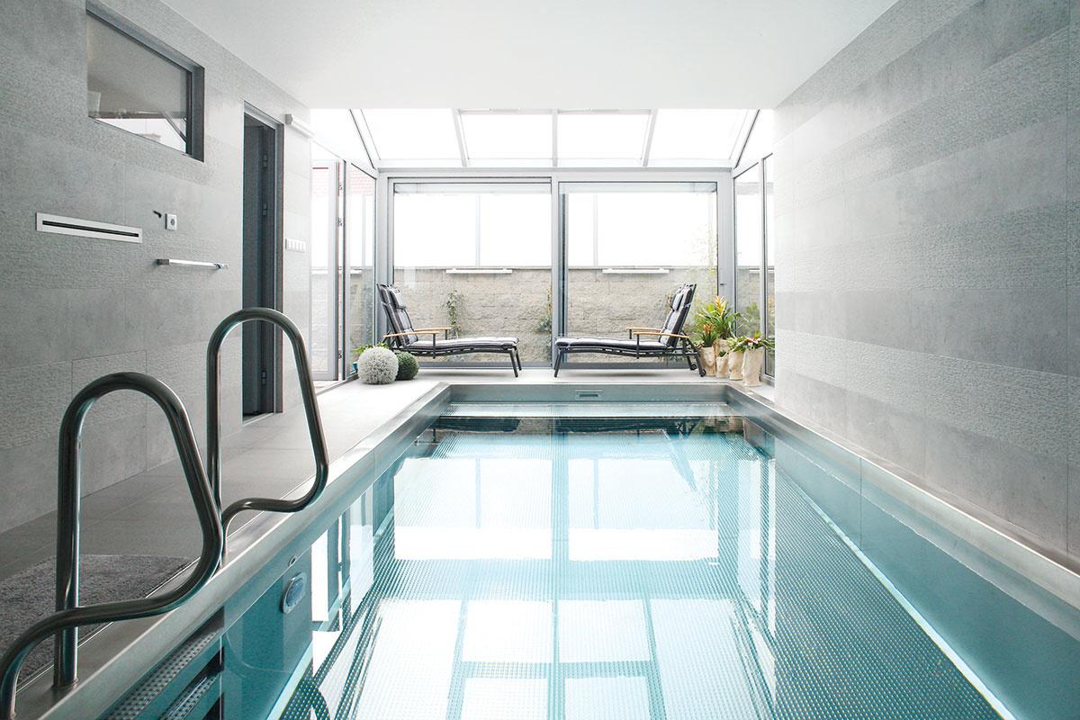 Vnútorný bazén vjednej úrovni sobývačkou aspálňou majiteľov ukončuje dispozíciu dvorového krídla domu.