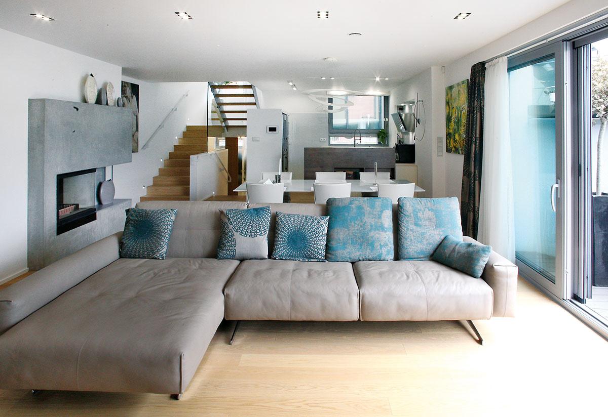 Ťažiskom dispozície domu je do hĺbky pozemku rozvinutá sekvencia priestorov vprízemnom dvorovom krídle – otvorená obývačka sjedálňou akuchyňou, na ktorú nadväzuje hlavná spálňa so samostatnou kúpeľňou avnútorný relaxačný bazén.
