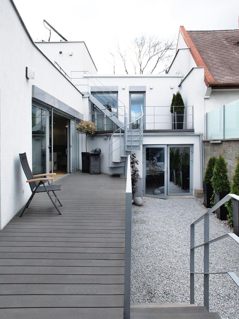 """Oceľové schody, ktorými sú poprepájané exteriérové priestory na všetkých úrovniach domu, otvárajú možnosti na """"letnú prechádzku"""" po terasách."""