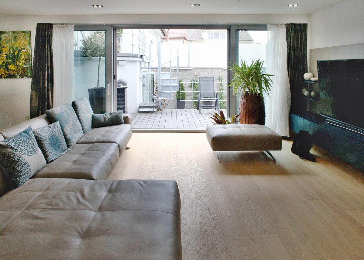 Užitočné spojenie. Nový dom poskytol viac miesta na bývanie a vďaka premyslene navrhnutým terasám umožnil aj intenzívnejšie využívanie priestorov v exteriéri.