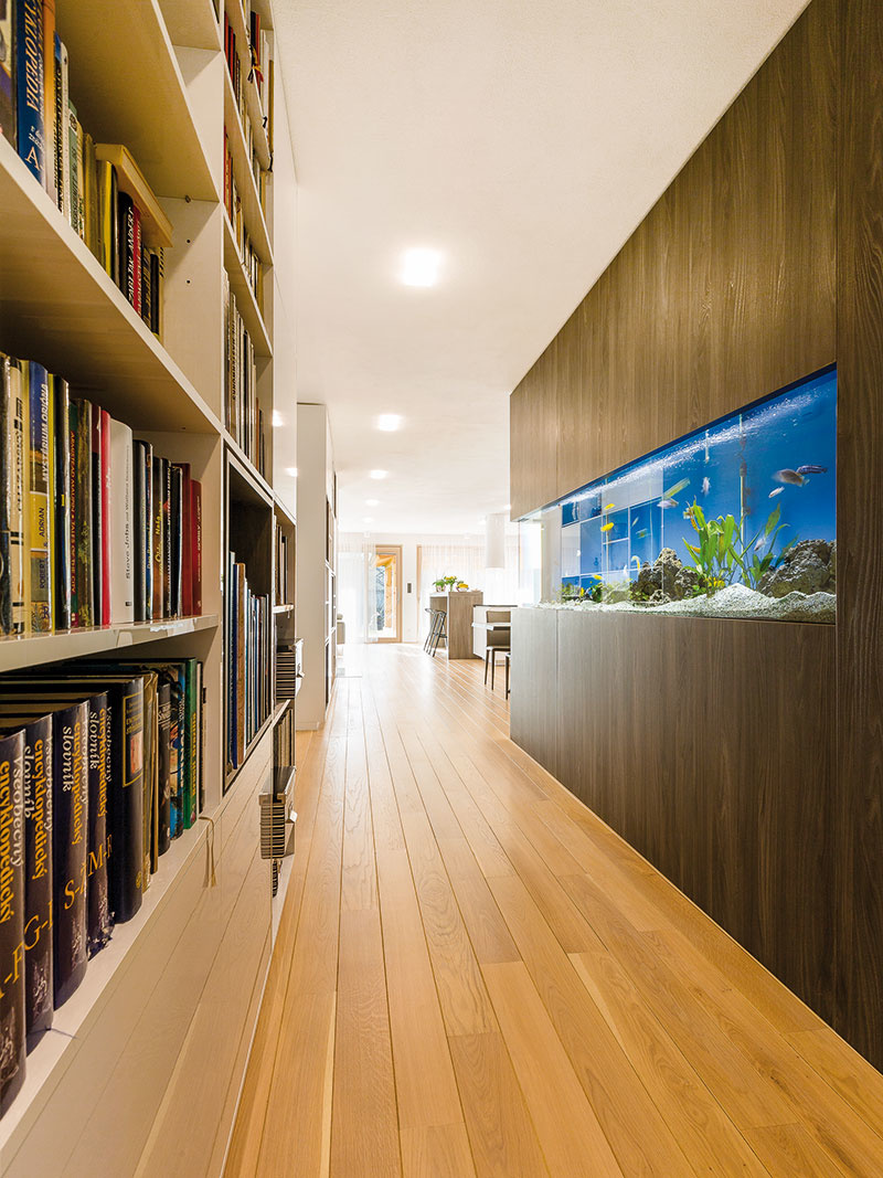 Základ interiéru vytvorila architektka zkombinácie dubovej podlahy, bielych stien akontrastného tmavého obkladu vodtieni brestu.