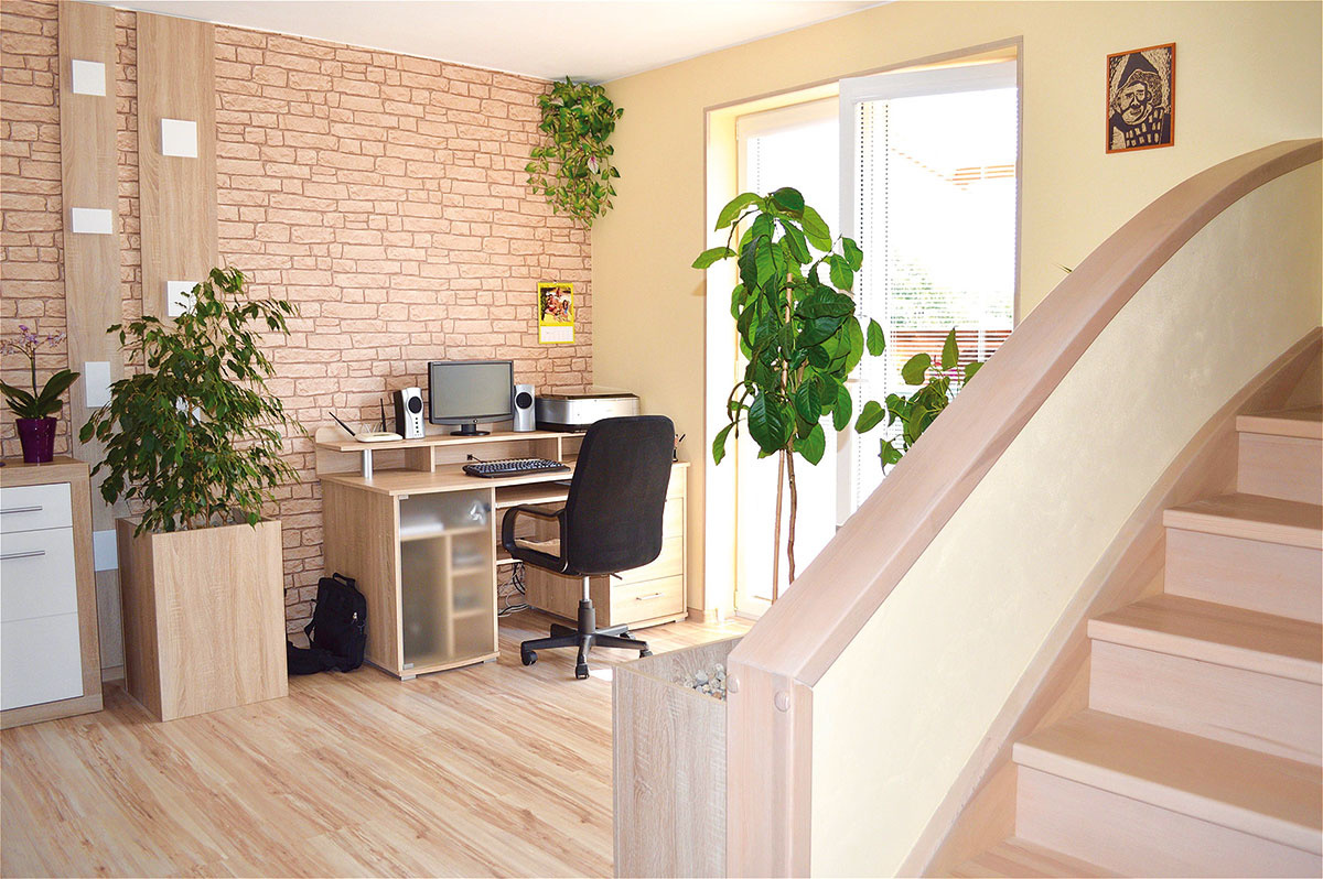 Interiér si majitelia zariaďovali sami, podľa vlastných predstáv o pohodlnom a spokojnom bývaní. Dokázali pritom využiť doslova každý kút – napríklad tento na umiestnenie pracovného stola.