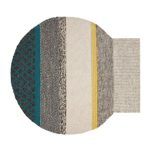 Vlnený koberec netradičného tvaru Mangas Globo od značky Gan, v troch farebných vyhotoveniach, 225 × 245 cm, od 2 444 €, www.stockist.cz