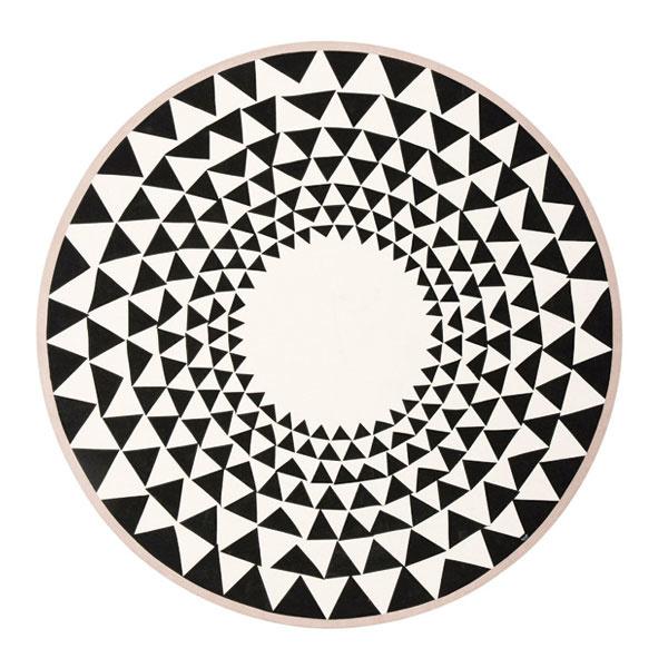 Kruhová podložka pod vianočný stromček z bavlny s ručne natlačeným vzorom od značky ferm LIVING, priemer 120 cm, 42 €, www.designville.sk