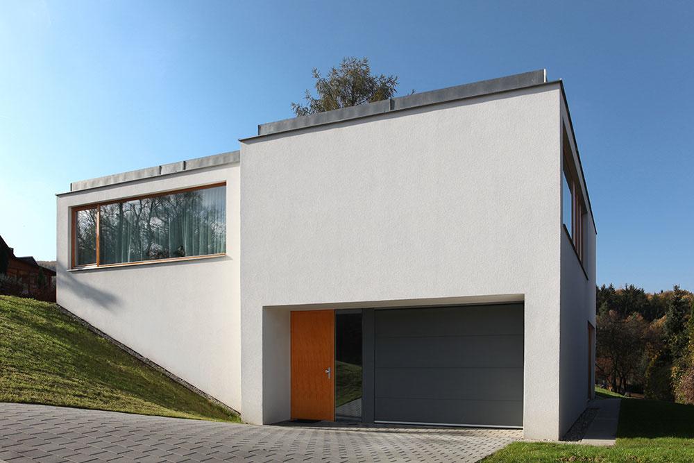Svahovitý pozemok nemusí byť nevýhodou: Príkladom je tento dom v Zlíne