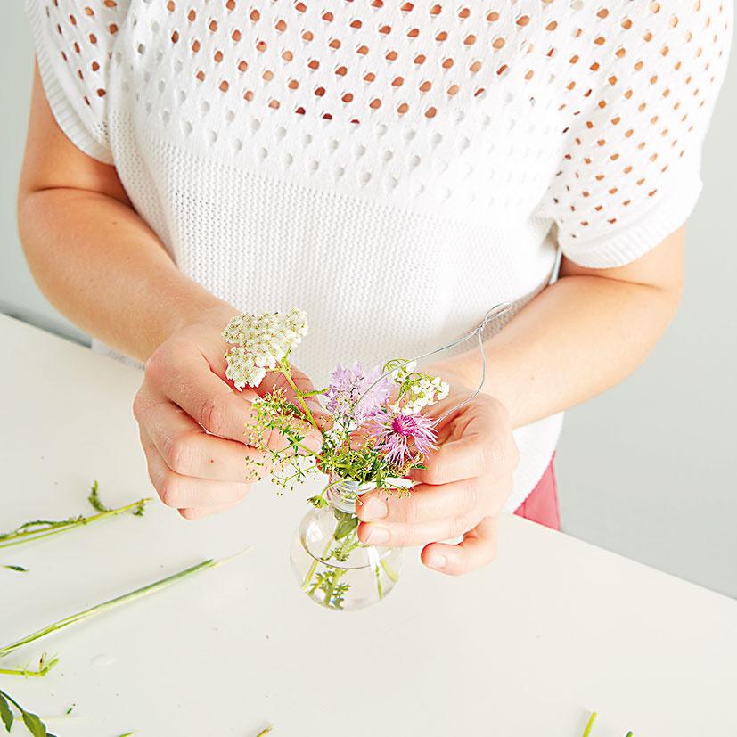 """8. KVETY Teraz treba naplniť vázy. Vyberieme si kvety podľa svojich možností. Zaujímavým variantom bude Tillandsia – závesná """"vzdušná"""" rastlina bez koreňov."""