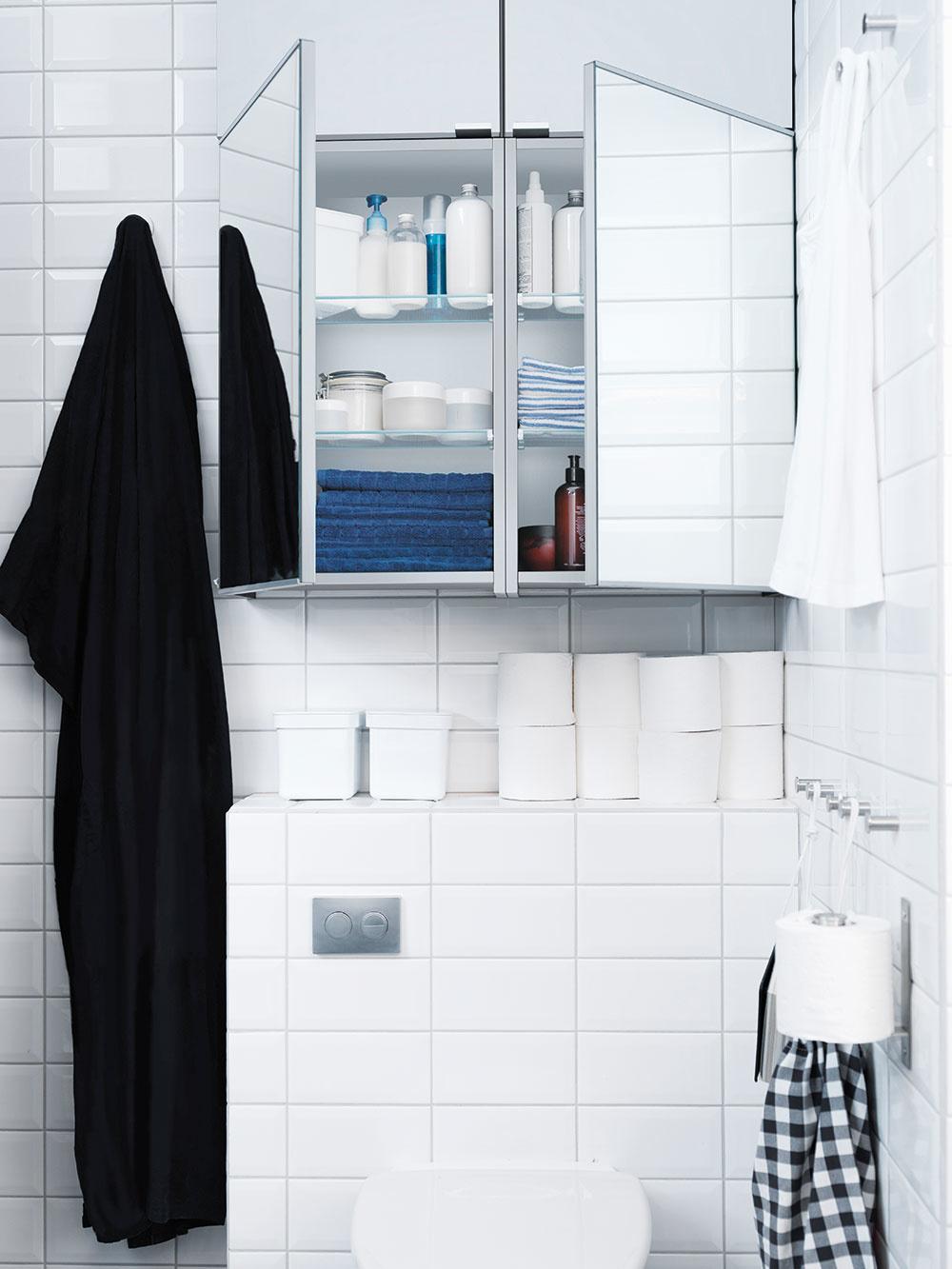 Keď je každý centimeter vzácny, opakovaná rada znie: využite výšku miestnosti. Najmä nad toaletnou misou zostáva hluché miesto. Úzke skrinky zaveste až pod strop. Môžete si ich nechať vyrobiť na mieru, aby boli vjednej línii snikou.