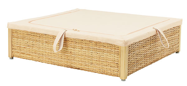 Úložný priestor pod posteľ RÖMSKOG je vyrobený zratanu, čo zabezpečuje cirkuláciu vzduchu audržiava veci svieže.
