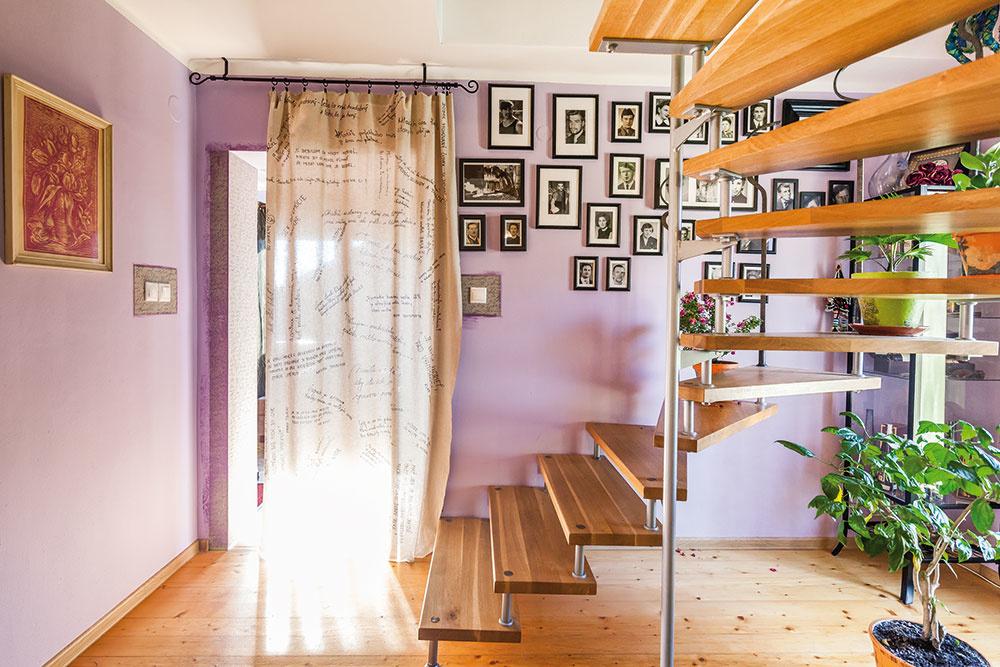 """PO SIEDMICH ROKOCH nahradili rebrík schody – Jankovo dielo. """"Ešte chýba madlo. Janko je detailista, on si ako nožiar potrpí  na detailoch. To presúva aj do všetkého, čo robí doma,"""" vysvetľuje Ivanka."""