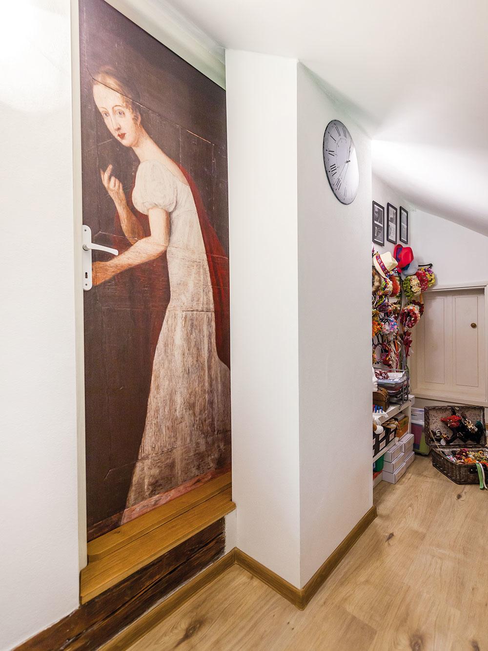 """""""Keď mám čas, tak maľujem,"""" prezrádza Ivanka, čo mlčky dosvedčuje aj domaľovaný lem šiat levočskej bielej panej na dverách. """"Zadala som zlý formát fotky."""" :-)"""