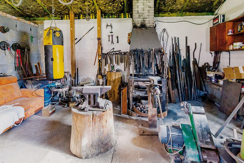 Okováčsku dielňu sa otec, nožiar Janko, delí so synom Martinom, umeleckým kováčom.