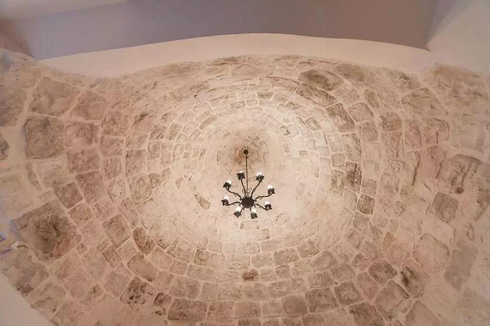 Očarujúci kamenný dom s kužeľovou strechou si vás okamžite získa!