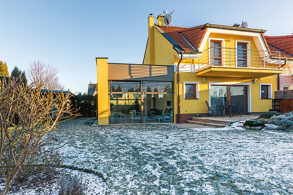 Vonkajší vzhľad zimnej záhrady je navrhnutý tak, aby čo najlepšie ladil sarchitektúrou pôvodného domu. Stavba vznikla vspolupráci sarchitektonicko–stavebnou spoločnosťou Moreti afirmou Almon, ktorá dodávala sklo-hliníkové konštrukcie.