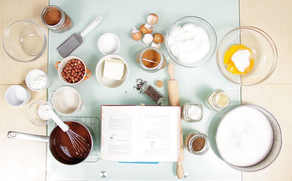 Pečte bez zbytočného stresu a potrebné ingrediencie si pripravte vopred. (Minimálne vajíčka by mali mať izbovú teplotu.) Je naozaj praktické mať poruke všetko, čo potrebujete, ako počas procesu so zababranými rukami od múky či tuku obchytkávať kľučku na špajze a úchytky na kuchynskej linke. Samozrejme, ak máte šikovného pomocníka, môžete si dovoliť čo-to zabudnúť. :-)