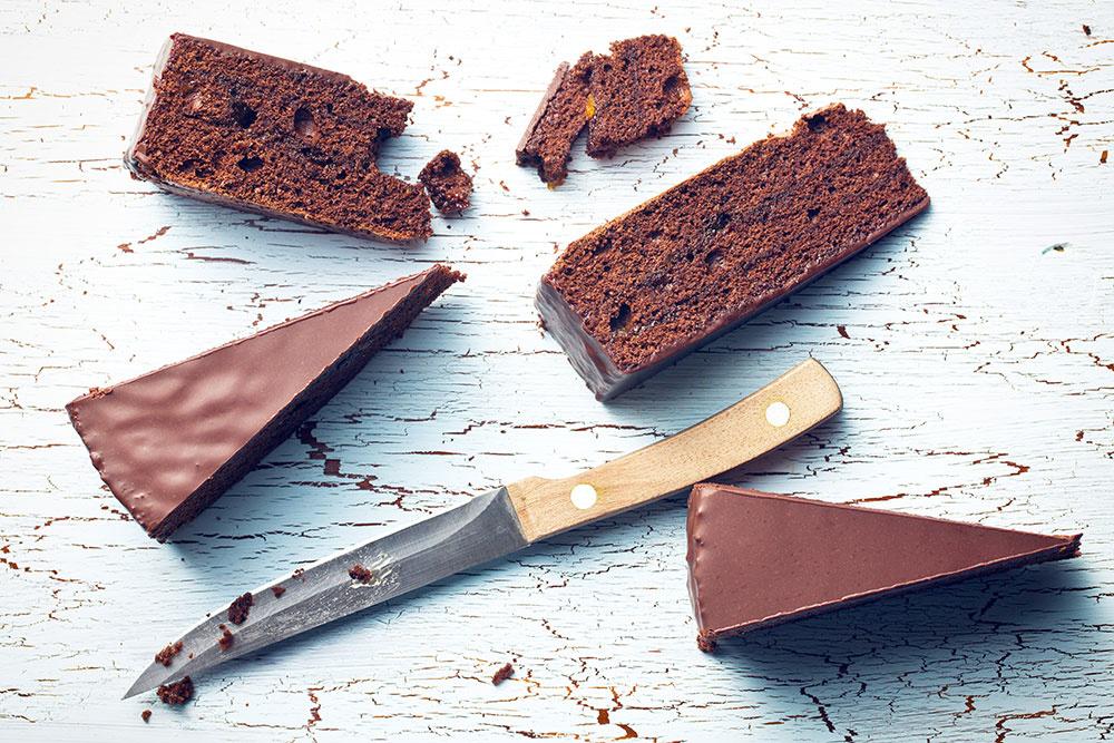 Čokoládová poleva nepopraská, ak ju budete krájať nožom namočeným v horúcej vode. Po každom reze ho utrite. Dobré je striedať dva nože.