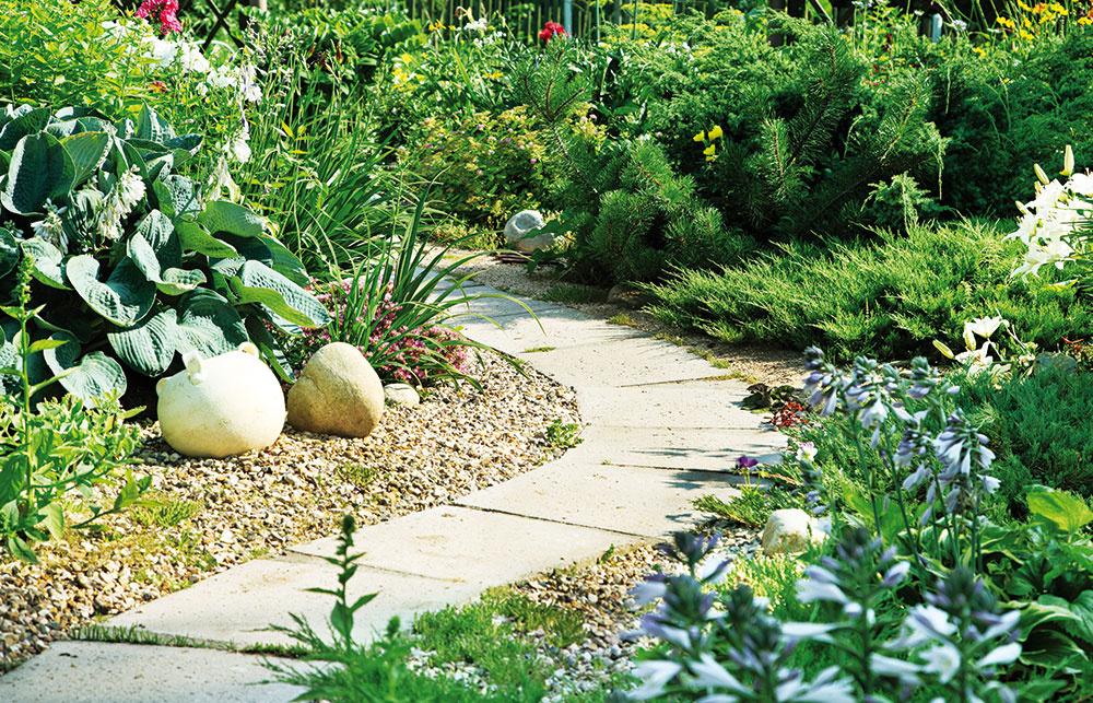 """4 Len naoko Záhradu si môžete """"zväčšiť"""" rôznymi spôsobmi. Vytvorte kľukatiace sa záhradné chodníčky, rôzne zákutia azákruty. Podvedome budú vyvolávať túžbu objavovať aviac sa sústrediť na detaily. Ato, že je záhrada malá, už potom nebude nikoho zaujímať. 🙂"""