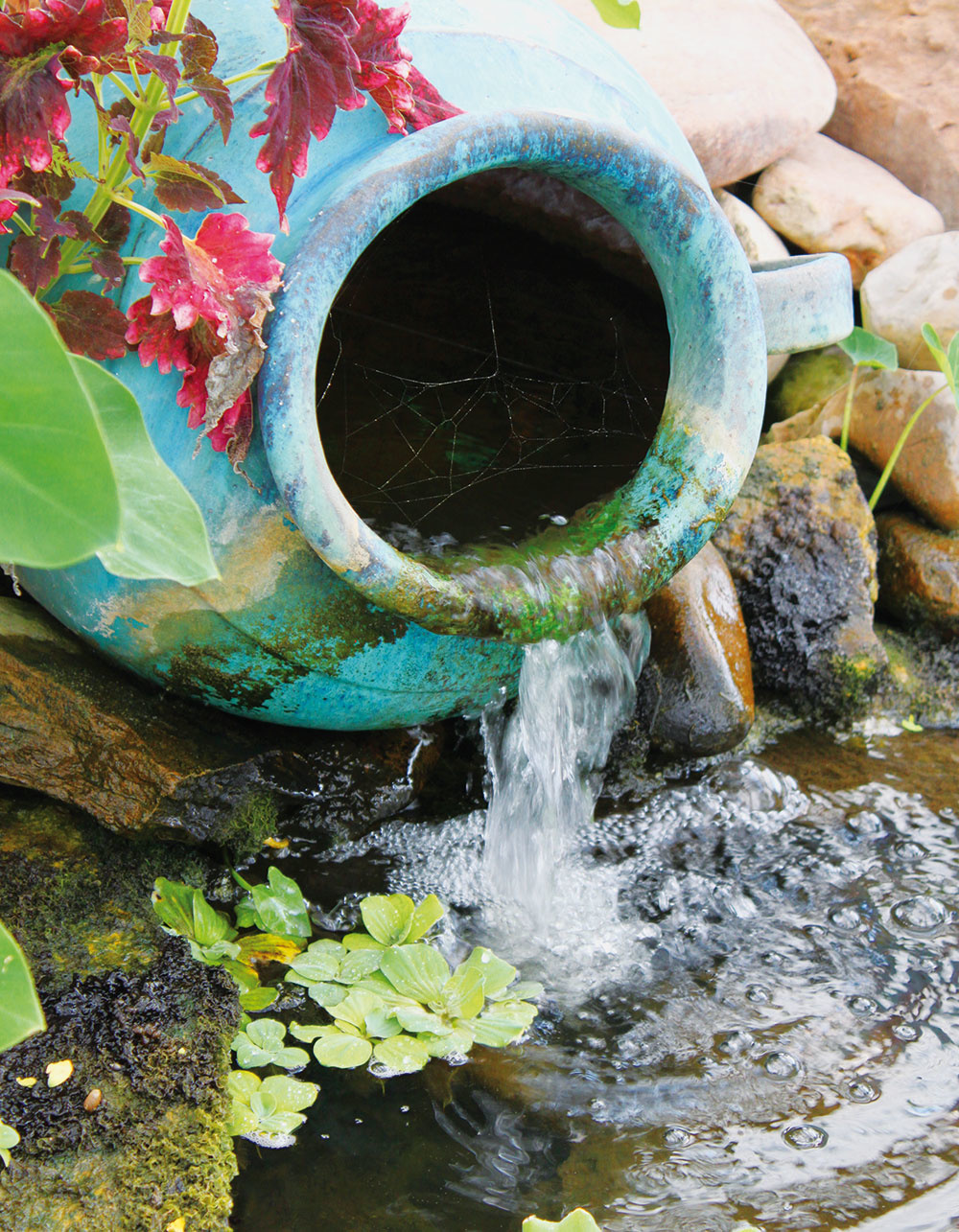 3 Žblnkotajúca voda… vnáša do záhrady harmóniu, nabáda kmeditovaniu azároveň osviežuje. Na vodný prvok by sa malo nájsť miesto aj vtej najmenšej záhrade. Podoba takéhoto malého prameniska dokazuje, že nie vždy treba všetko rozbité hneď vyhadzovať.
