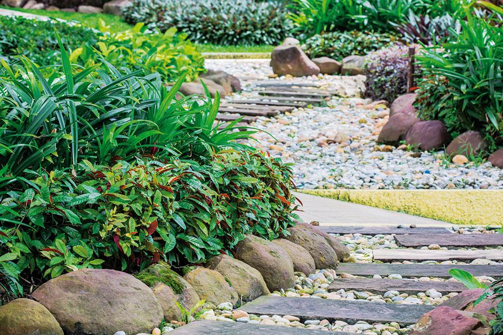 5 Kamene Patria do záhrady, pôsobia vnej prirodzene. Načo brániť vrozmáhaní vysadeným rastlinám nevkusnými adrahými obrubníkmi? Kamene sú lepšou voľbou.