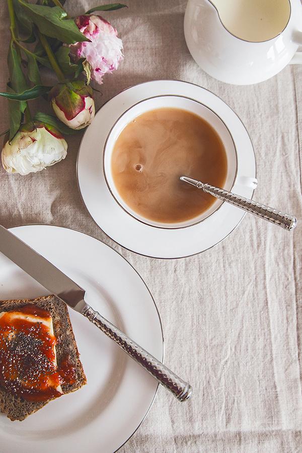 Dizajnové trendy v stolovaní: farebné príbory