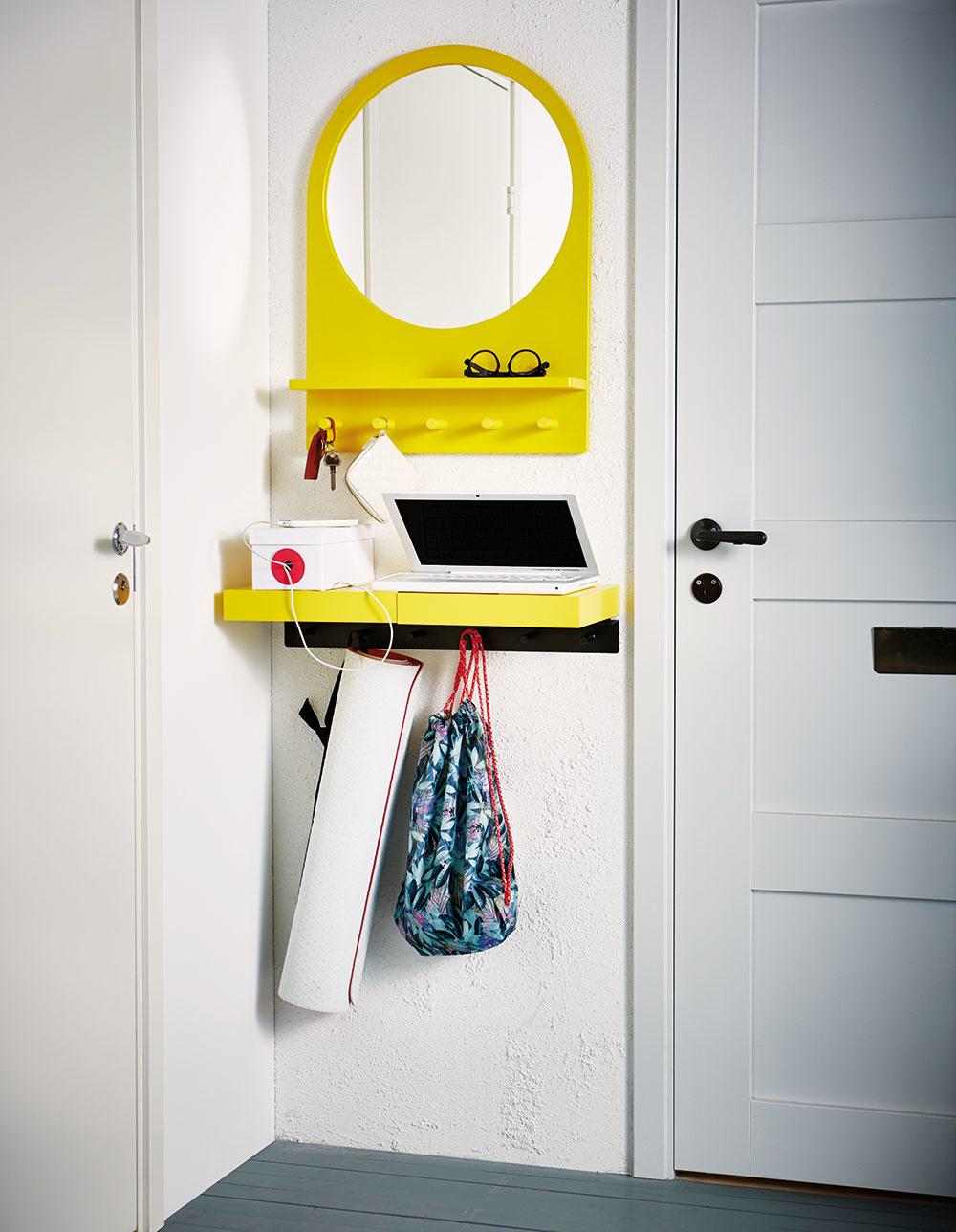 Zrkadlo spolicou aháčikmi SALTRÖD, dizajn Ebba Strandmark, 50 × 68 cm, drevovláknitá doska, masívna breza, sklo, aj vbielej farbe, 49,99 €, IKEA