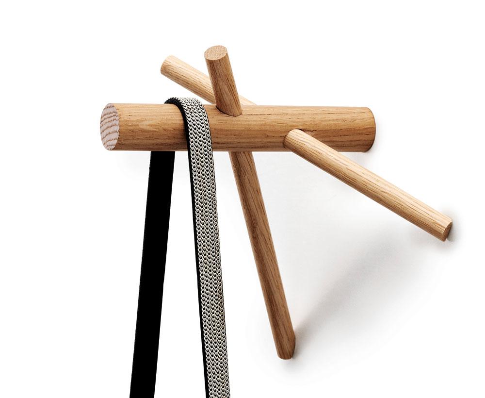 Drevený vešiačik Sticks od značky Normann Copenhagen, 15,5 × 14,5 × 12,5 cm, dub, aj včiernej farbe, 20 €/2 ks,  www.designville.sk