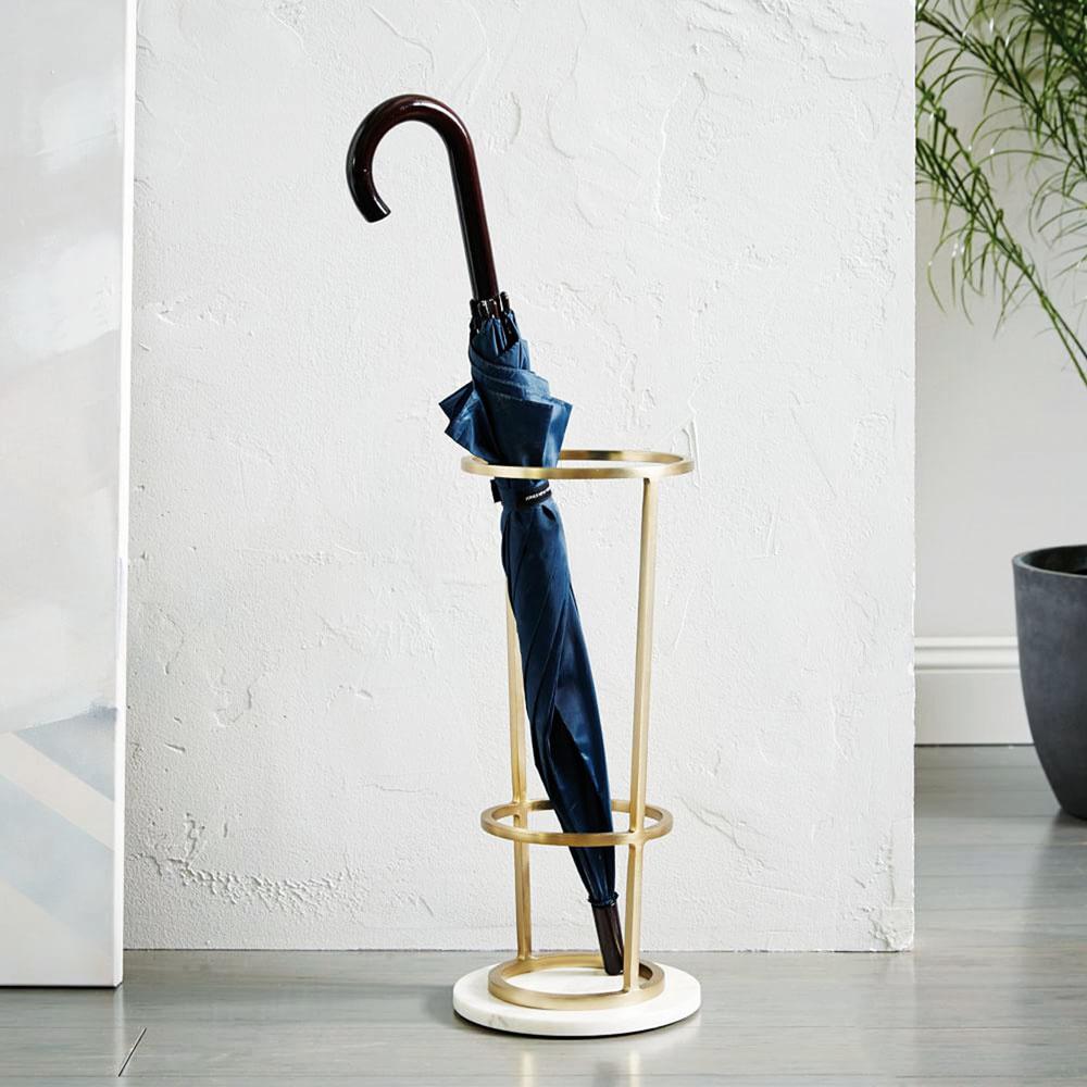 Elegantný stojan na dáždniky, výška 45,72 cm, priemer 22,86 cm, mramor, kov smosadznou povrchovou úpravou, 119 $ (asi 137,48 €), www.westelm.com