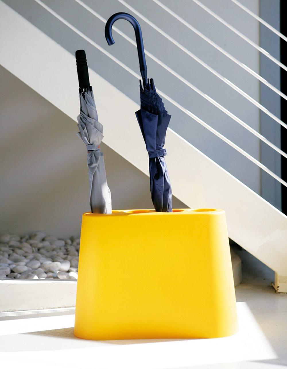 Hravý stojan na dáždniky Aki od značky B-Line, dizajn Rodolfo Bonetto, 48 × 36 × 18,5 cm, polyetylén, viac farieb, od 97 €,  www.ambientedirect.com