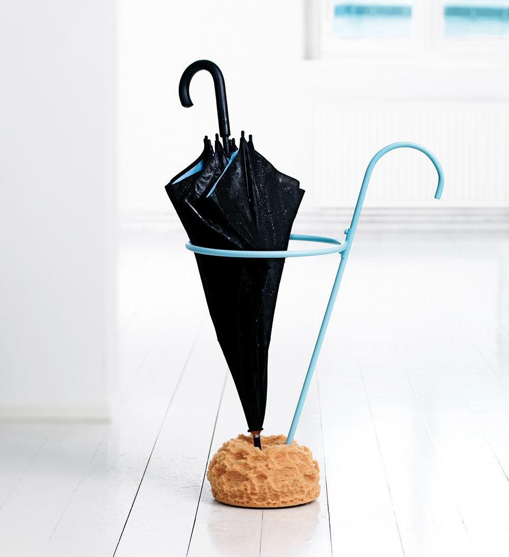 Nápaditý stojan na dáždniky od značky Design House Stockholm, dizajn Eva Schildt, výška 72 cm, lakovaná oceľ, syntetická špongia, aj čierny, 182 £ (asi 210,28 €), www.panik-design.com