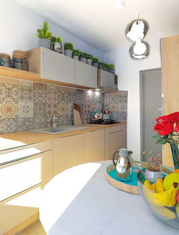 Lesklý vanilkový odtieň kuchynských dvierok v spodnej časti dopĺňajú lesklé biele dvierka skriniek v hornej časti. Svetlý drevený dekor pracovnej dosky, časti skriniek a políc linku zjednocuje a opticky prepája so svetlou podlahou.