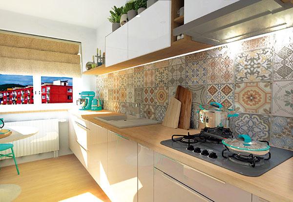 Jedna časť kuchynskej linky sa tiahne po celej dĺžke miestnosti, vďaka čomu poskytuje dostatok úložných plôch na kuchynské náradie aj časť potravín.