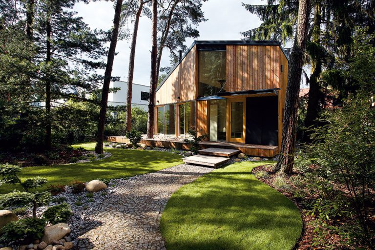 Neobyčajne vyriešená drevostavba na krásnom pozemku medzi borovicami