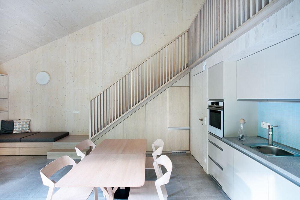 Vstavaný nábytok sa vďaka rovnakému materiálu aj farebnosti príjemne prelína so stenami, atak interiér vytvára jeden harmonický celok.