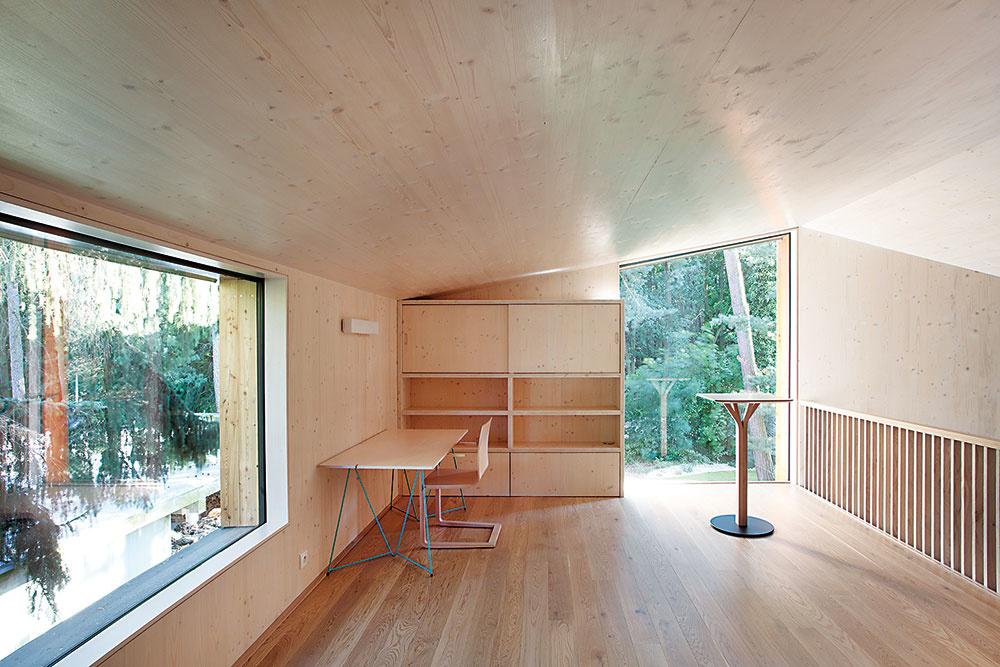 Horné poschodie je riešené ako otvorená galéria, čo umožňuje kontakt shlavným obytným priestorom na prízemí. Slúži ako pracovňa – ateliér, príležitostne sa dá využiť aj na prespanie.