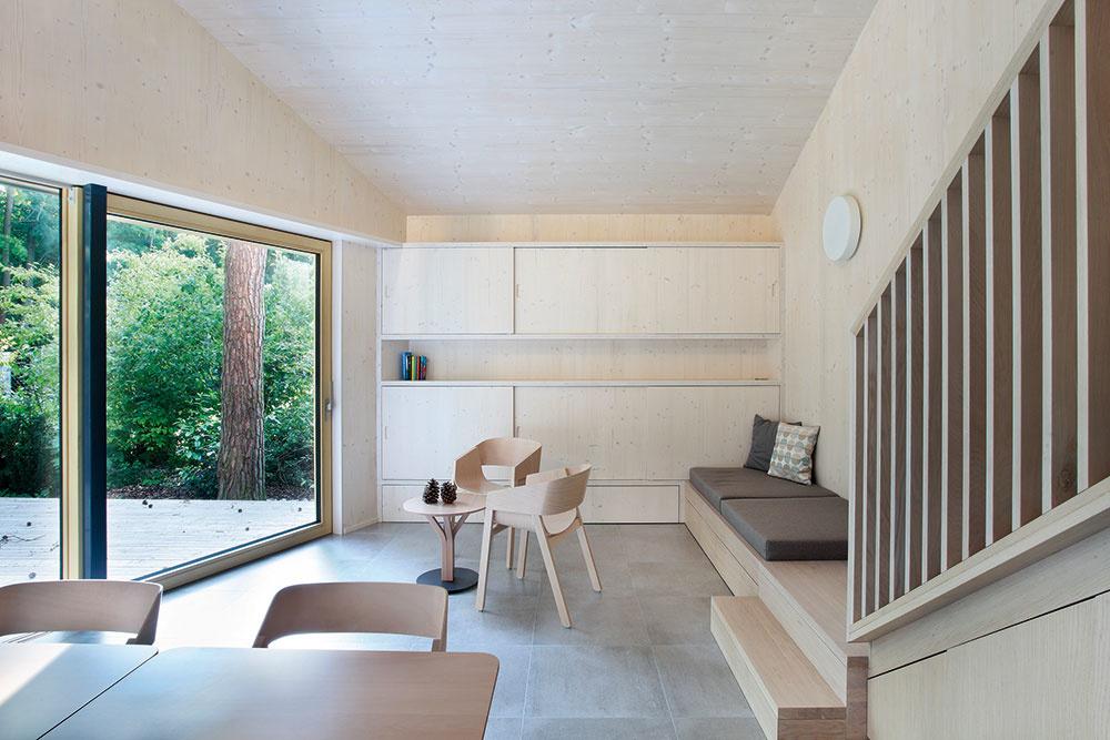 Steny domu sú priznané drevené. Ateliér Prodesi sa totiž vo väčšine svojich stavieb drží zásady: staviame zdreva, tak ho nebudeme zakrývať.