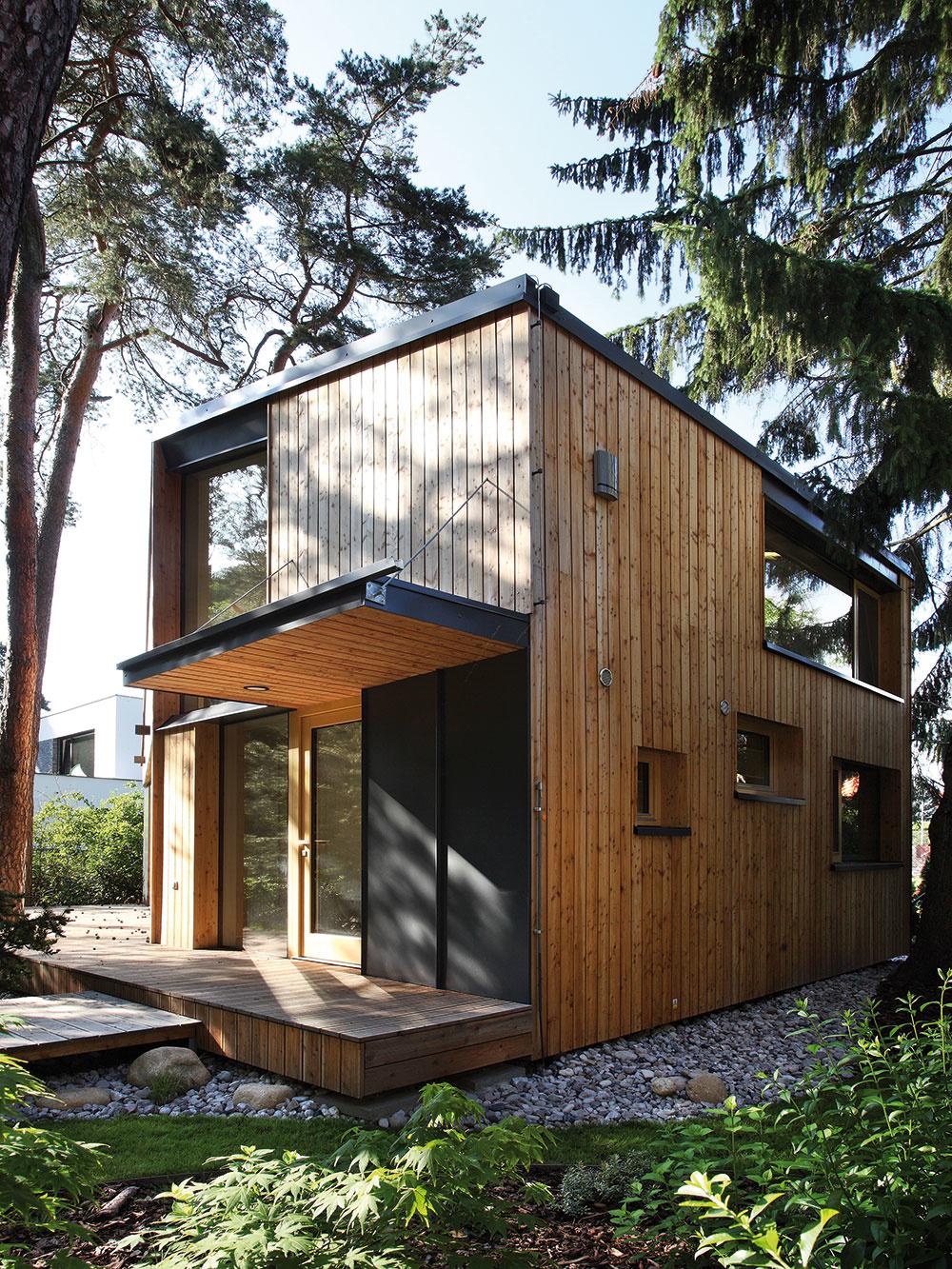 Sdôrazom na detaily – tak pristupovali architekti ktomuto nie obyčajnému návrhu. Zodpovedá tomu riešenie drevených fasád či okien sbezrámovým zasklením, ale aj realizácia interiéru.