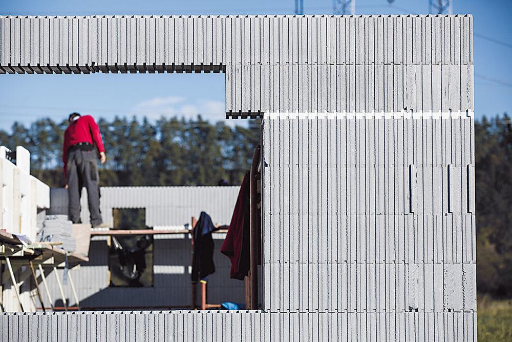 STRATENé DEBNENIE. Ucelený stavebný systém Variant-Haus umožňuje postaviť dom svynikajúcimi tepelnoizolačnými vlastnosťami vrekordne krátkom čase. Ide osystém nenosného strateného debnenia zdutých tvárnic ztepelnoizolačného materiálu, ktoré sa po vyskladaní zalejú betónom apo jeho zatvrdnutí slúžia ako účinná tepelná izolácia. Systémy strateného debnenia majú svoje prednosti, ich realizáciu však treba nechať na stavebnú firmu. (www.polyform.sk)
