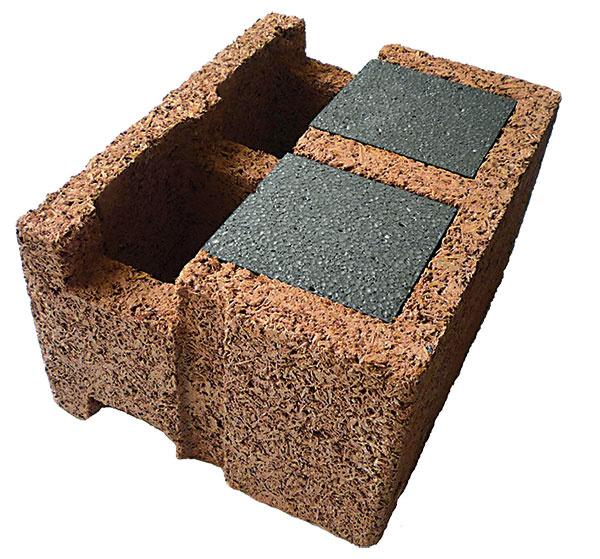 Drevo abetón. Pri stavbe nízkoenergetických domov možno využiť aj materiál Durisol. Jeho základom je drevená, smreková alebo jedľová štiepka, pridaním portlandského cementu avody vzniká štiepkocement – pri tomto výrobnom procese nevznikajú žiadne škodlivé látky. Durisolové tvarovky sa ukladajú na seba nasucho avytvárajú tzv. stratené debnenie, pričom ich výplňový betón previaže azároveň zabezpečí statiku celej konštrukcie. Za deň je možné postaviť až jedno podlažie domu. Systém má vynikajúce tepelné azvukovoizolačné vlastnosti avďaka masívnemu betónovému jadru dokáže výborne akumulovať teplo. (www.leier.sk)