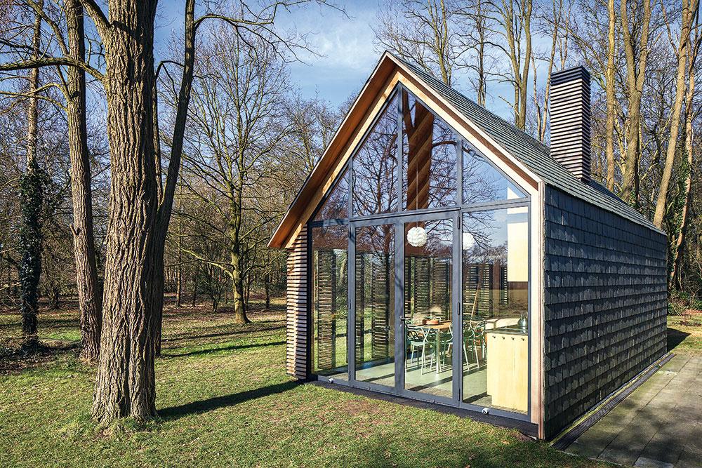 Len tri materiály na stavbu? Zaujímavy domček postavili z dreva, skla a bridlice!