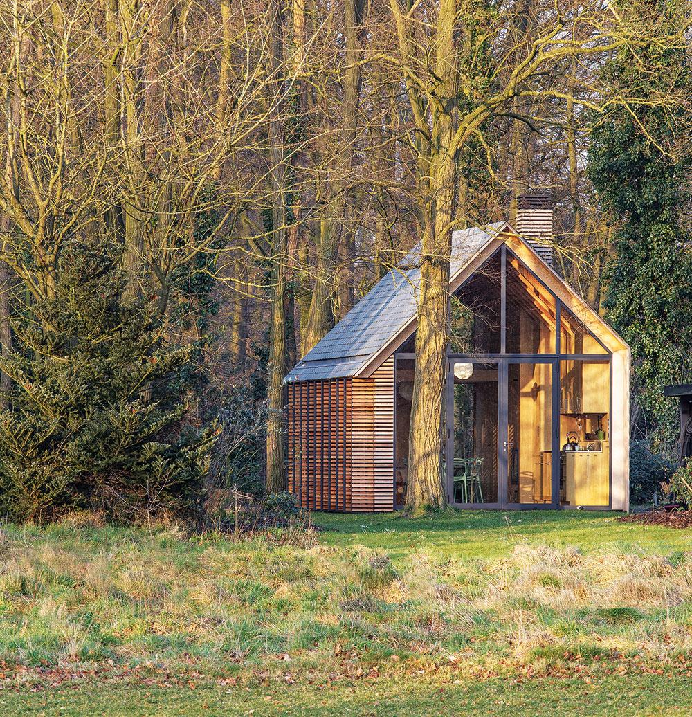 Archetypálny tvar domu jemne ozvláštnený asymetriou strechy, dokonalé detaily aprakticky usporiadaný jednoduchý otvorený interiér, to sú charakteristické znaky tejto modernej verzie víkendovej chaty.