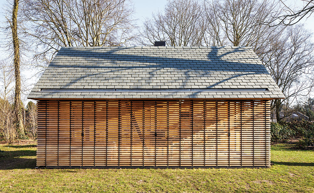 Variabilita zdrevených lamiel. Okenice chránia interiér pred slnkom aj pred pohľadmi zvonka azároveň umožňujú otvoriť interiér zelenému okoliu.