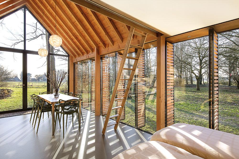 Predná časť chaty so zaskleným štítom plní hneď niekoľko funkcií. Používa sa ako kuchyňa, jedáleň aj obývačka.